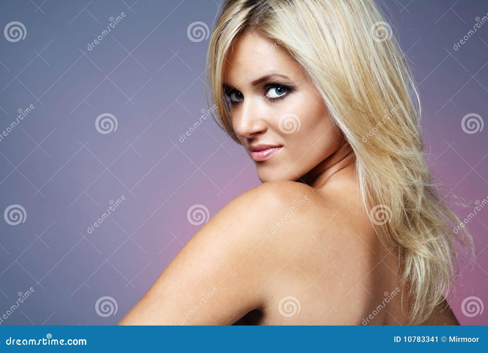 Jonge gelukkige blonde vrouw.