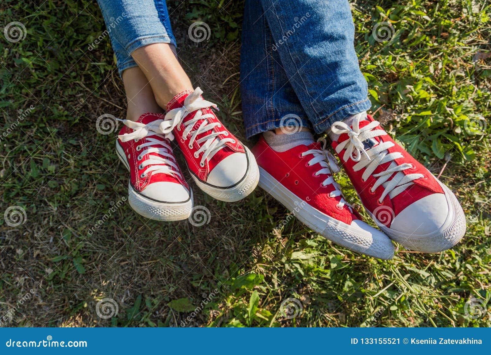 Jonge gelukkige familie met kinderen die pret in aard hebben De jonge ouders rusten op een picknick