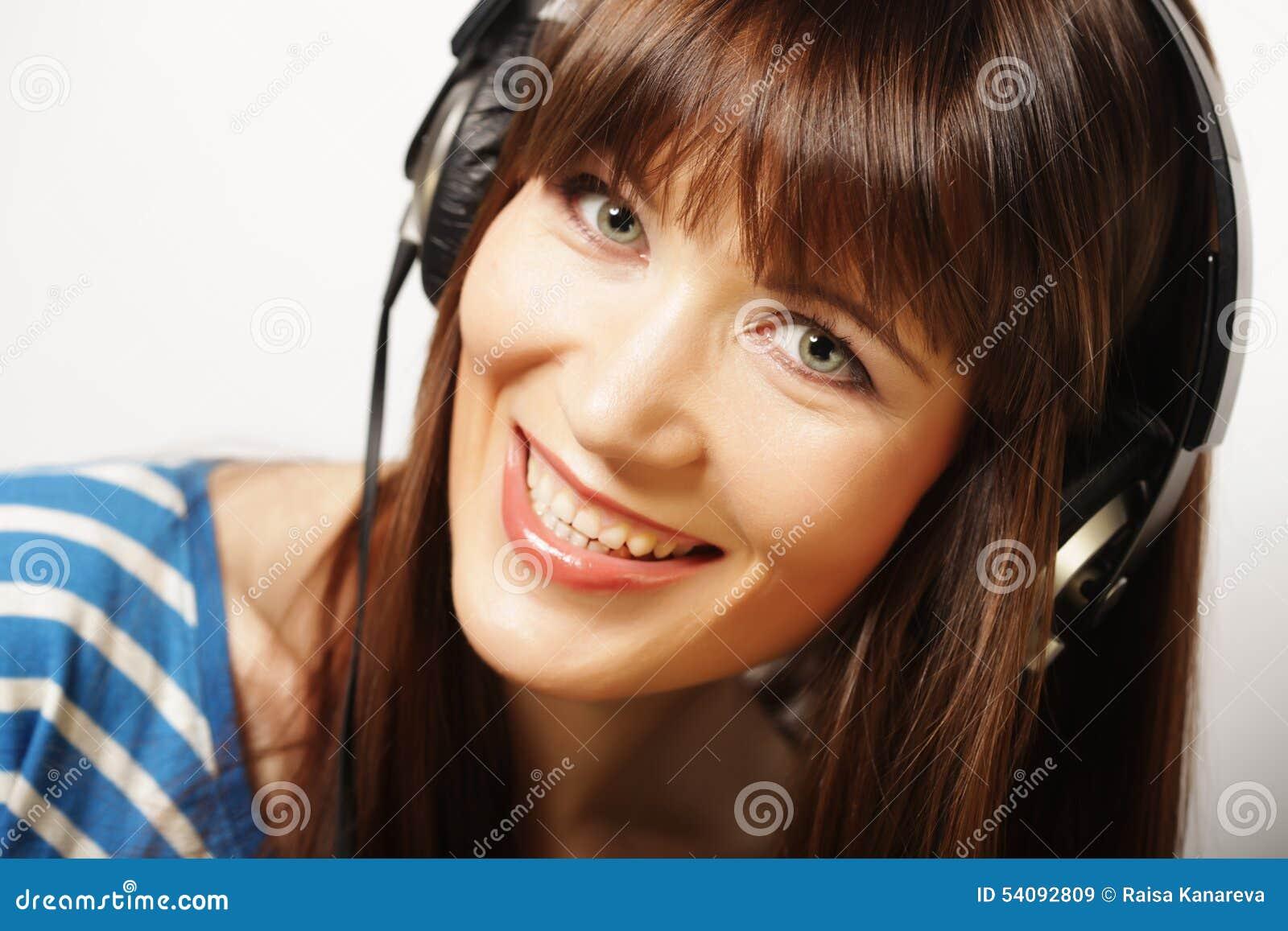 Jonge gelukkige vrouw met hoofdtelefoons