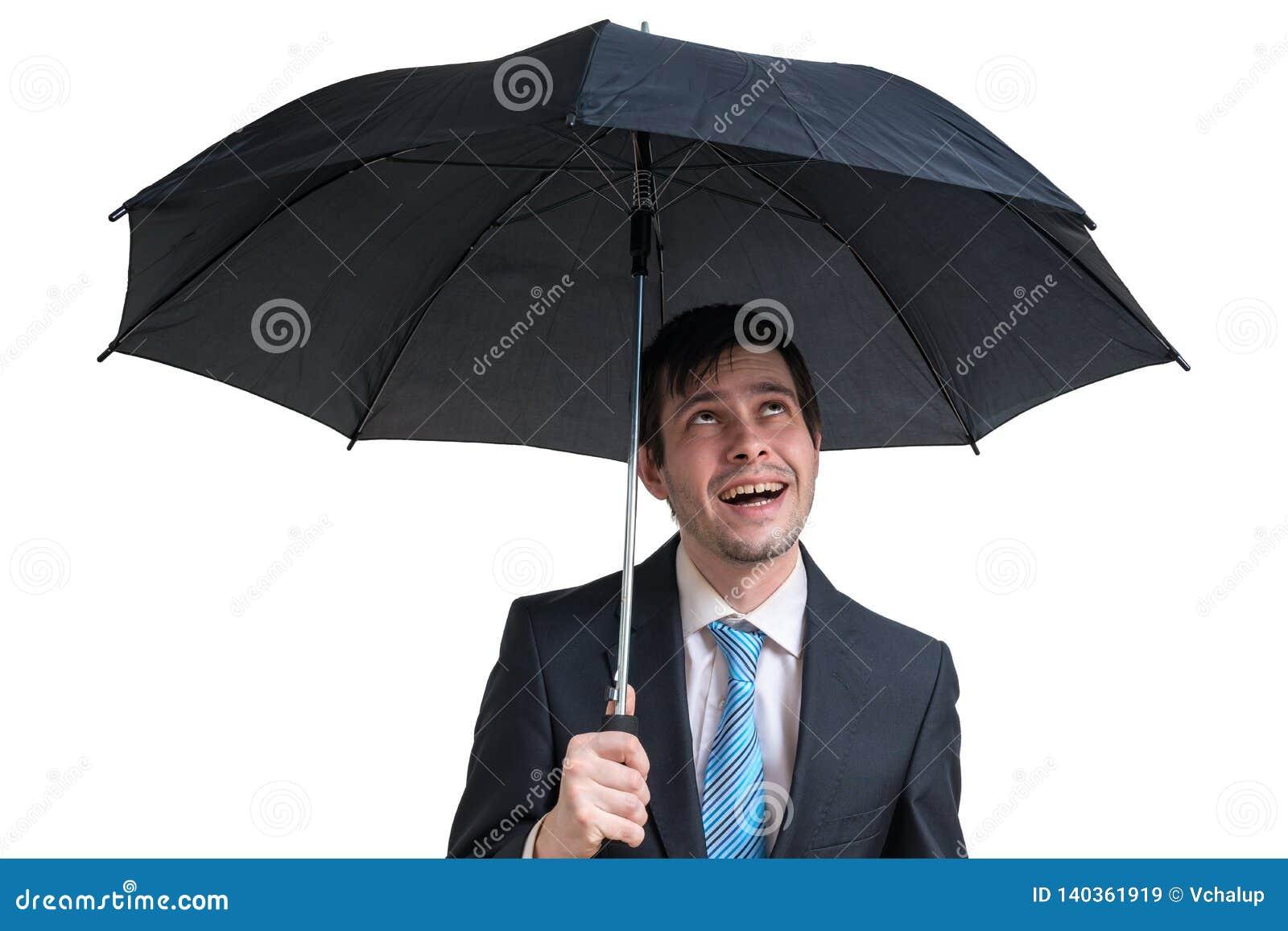 Jonge gelukkige zakenman met zwarte paraplu Geïsoleerdj op witte achtergrond