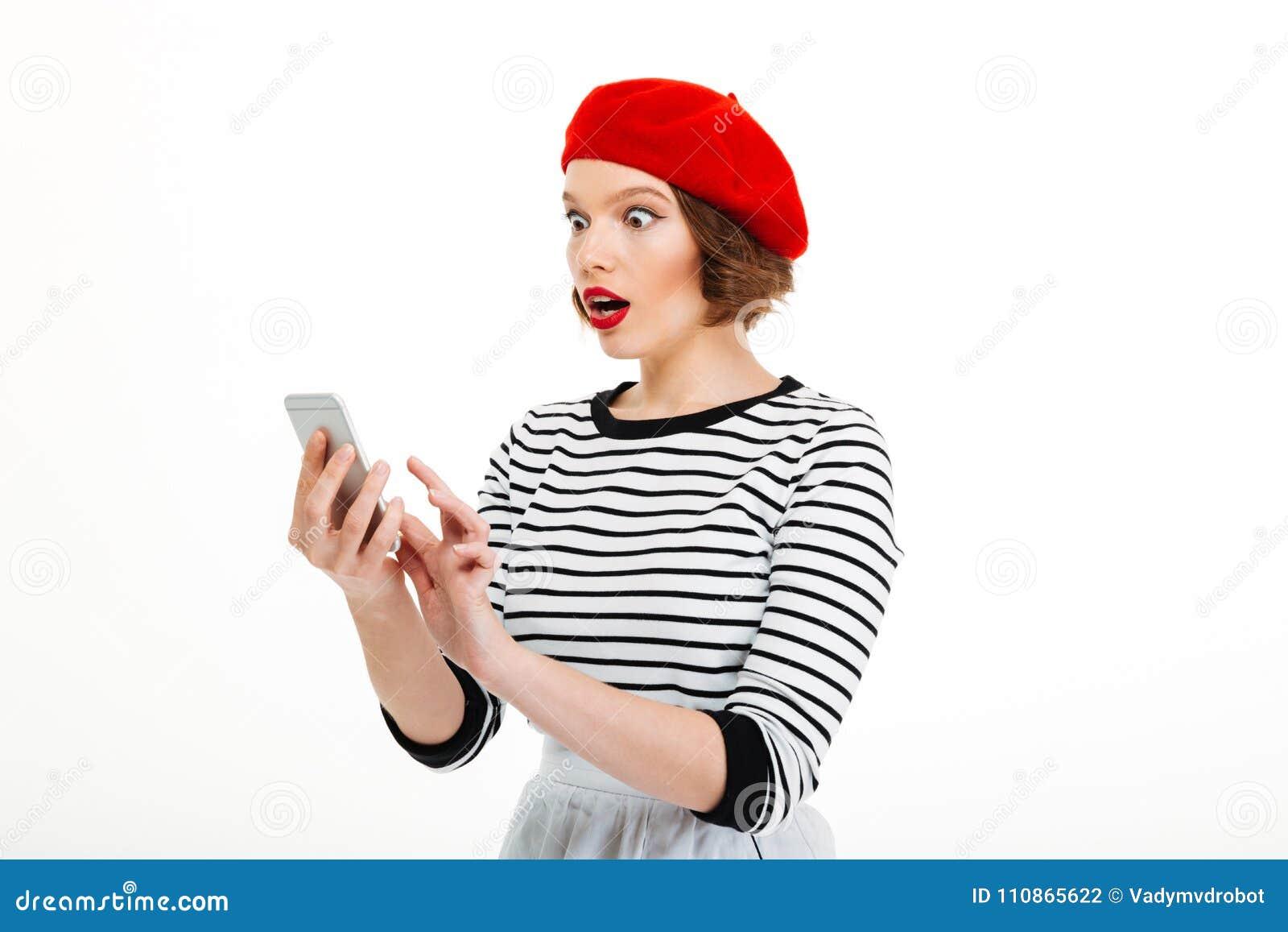Jonge geschokte vrouw die door mobiele telefoon babbelen