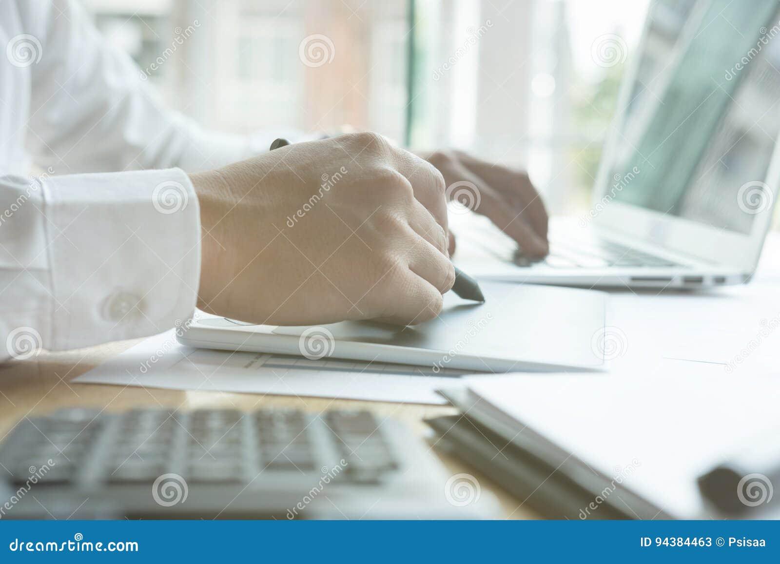 Jonge grafische ontwerper die met computer werken het creatieve mens gebruiken