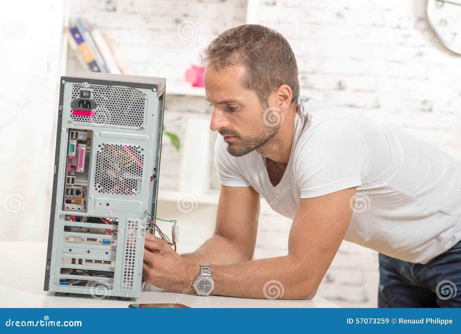 Jonge ingenieur herstelde computer