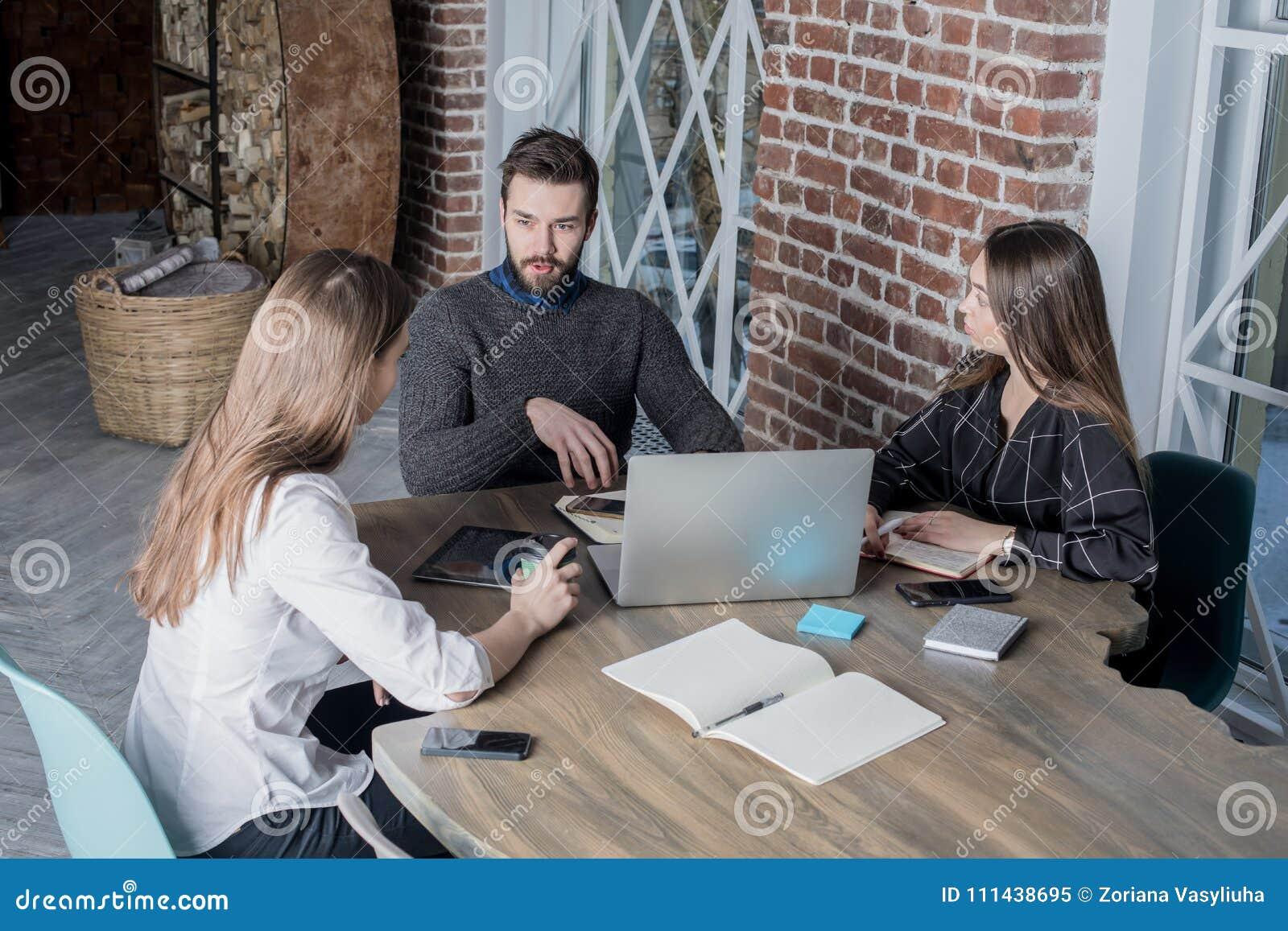 Jonge internationale student die samen het zitten in universitaire bibliotheek leren, die netto-boek gebruiken