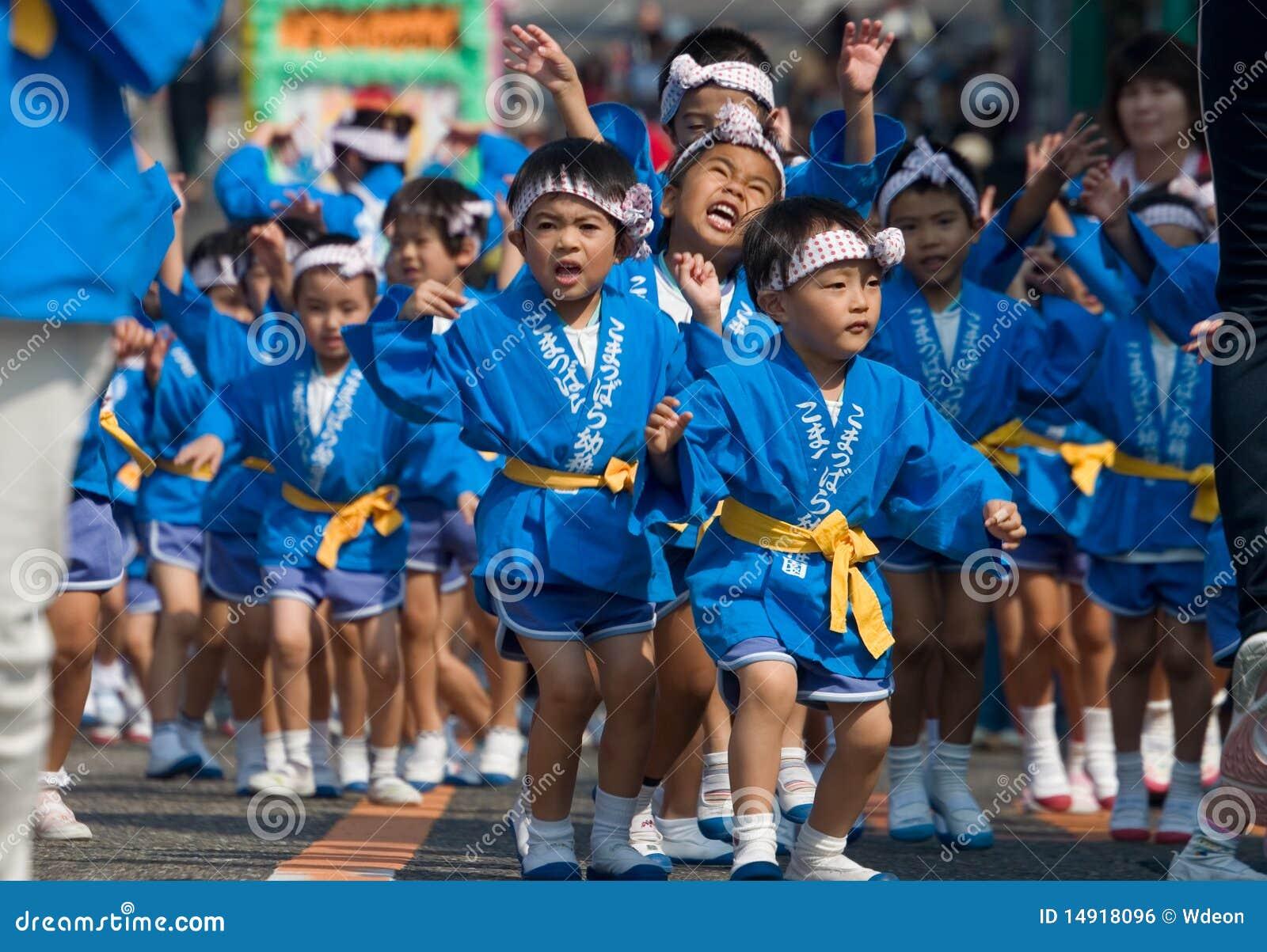 jonge japanse kinderen die bij een festival dansen. Black Bedroom Furniture Sets. Home Design Ideas