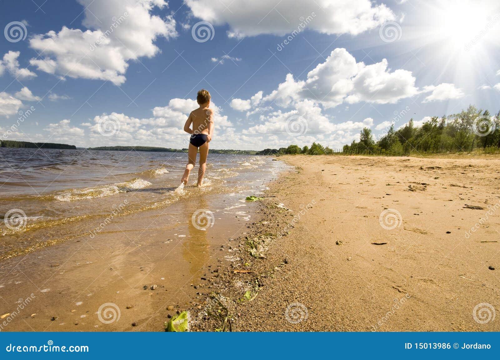Sportman Die Op Het Strand Loopt Stock Foto - Afbeelding