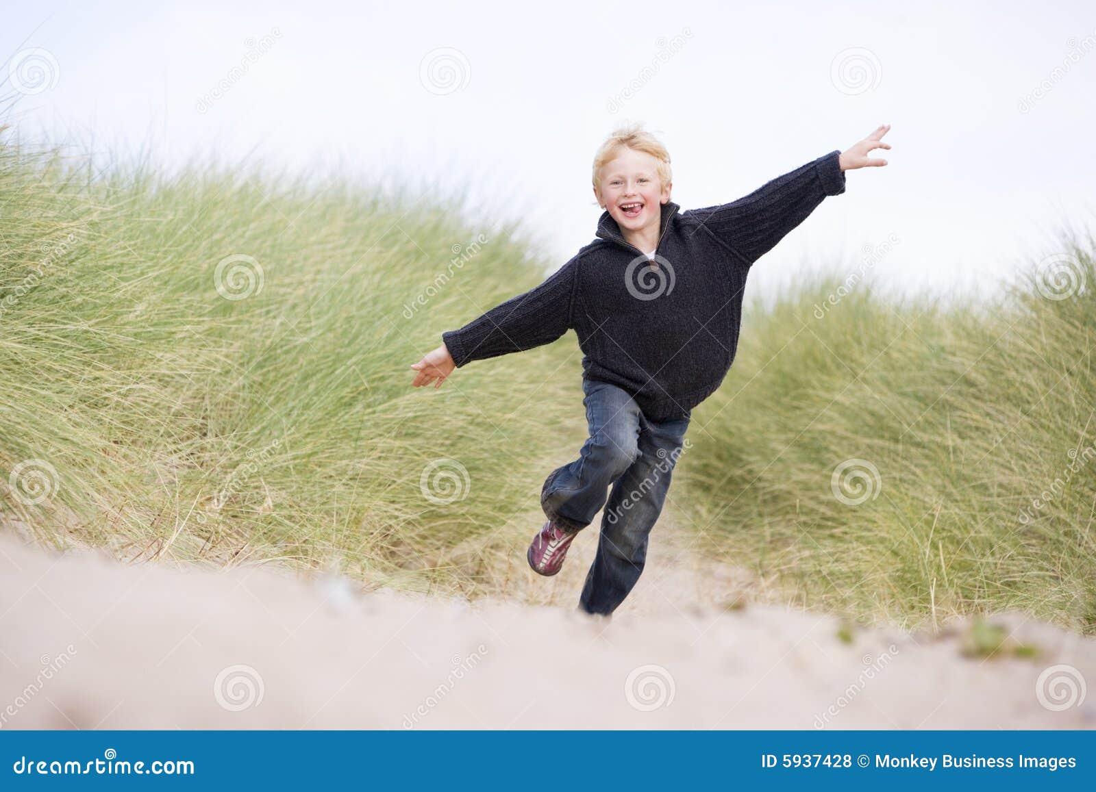 Jonge Jongen Die Op Strand Loopt Stock Afbeelding