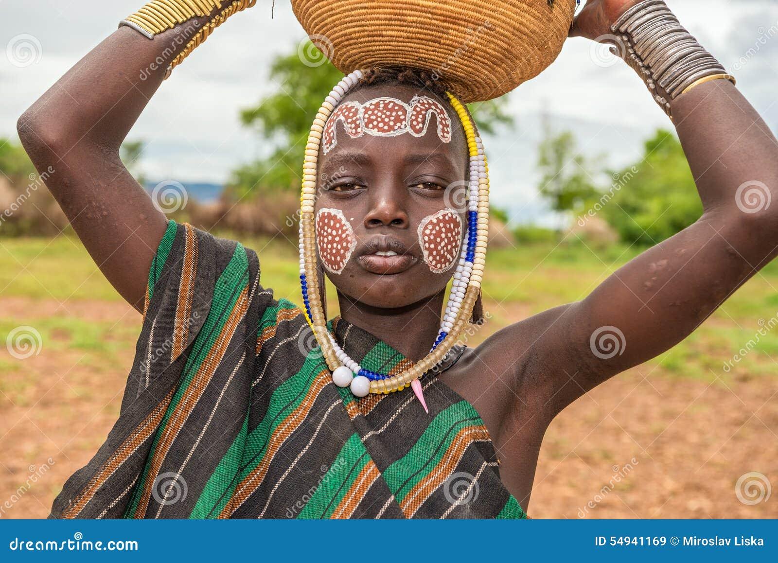 jonge jongen van de afrikaanse stam mursi, ethiopië redactionele