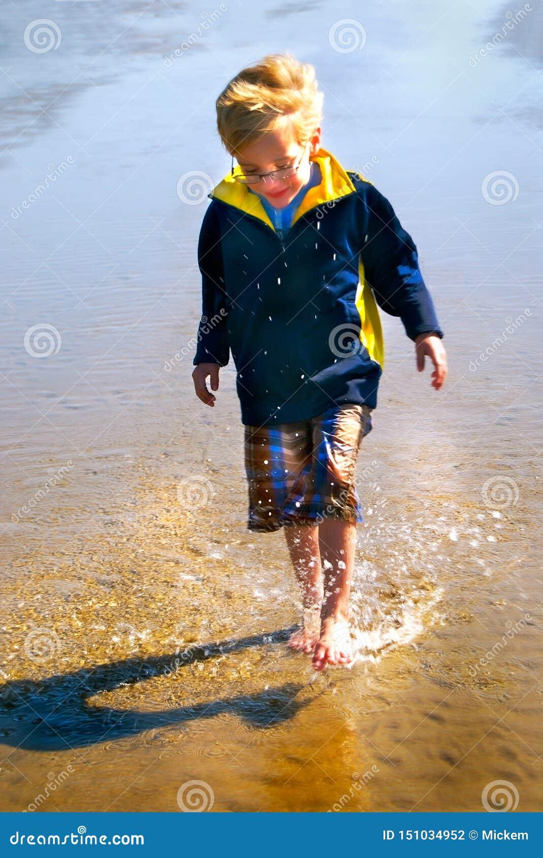 Jonge Jongensplonsen in waterverticaal