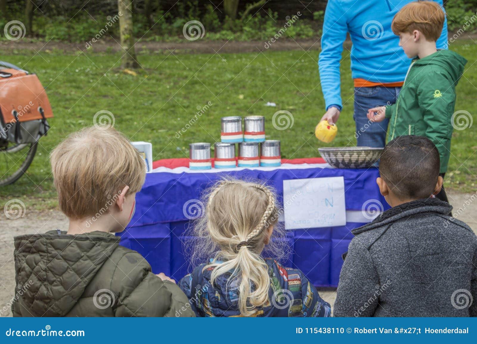 Jonge Kinderen die Oud Nederlands Spel spelen in Vondelpark op het Nederland 2018 van Kingsday Amsterdam