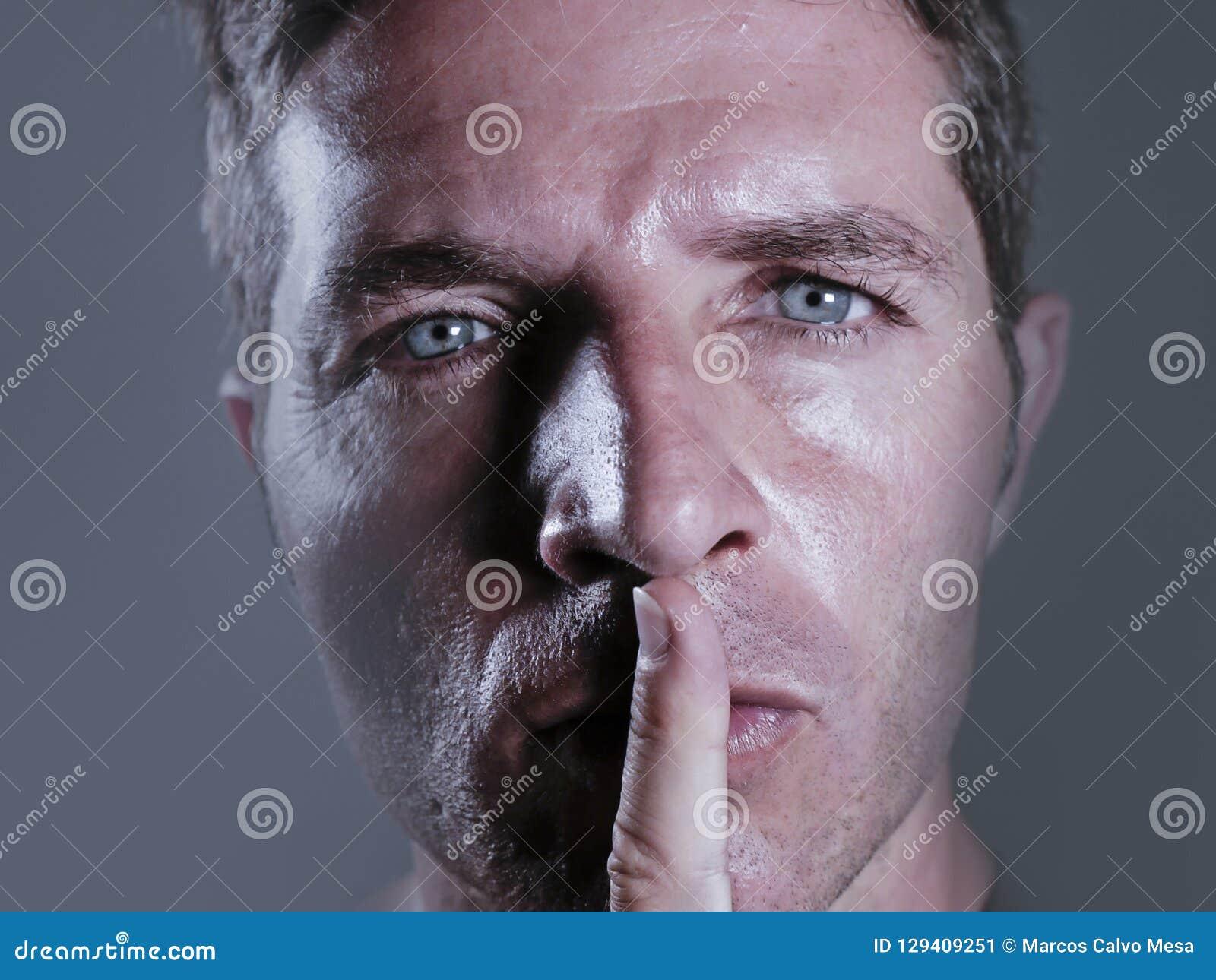 Jonge knappe en aantrekkelijke mens met vinger op zijn gesloten mondwaarschuwing te zwijgen en niet in censuur en vrijheid van te