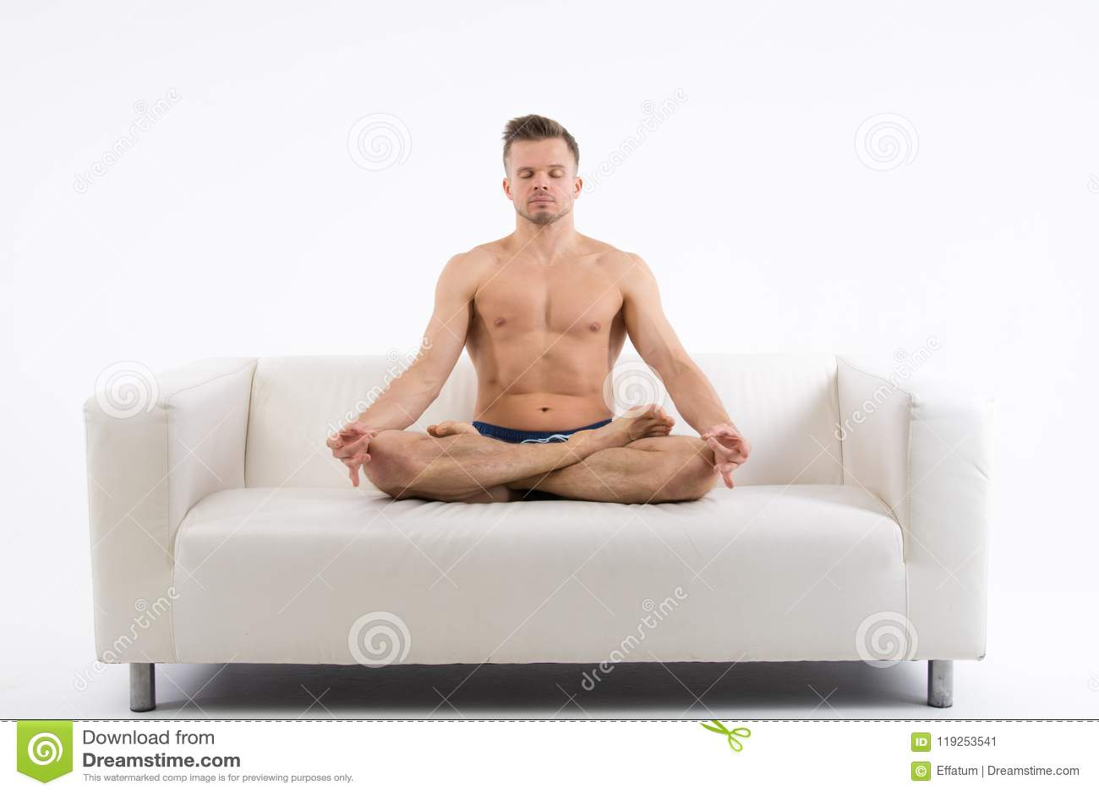 Jonge knappe mens en yoga Opleiding en ontspanning