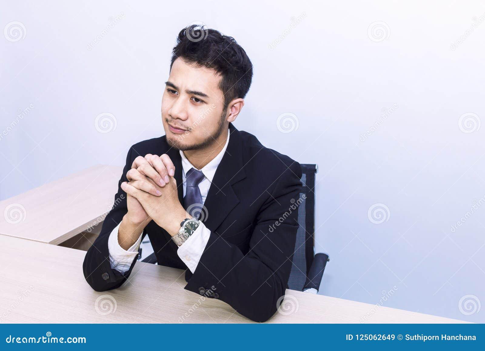 Jonge knappe zakenman die en op kantoor glimlachen denken