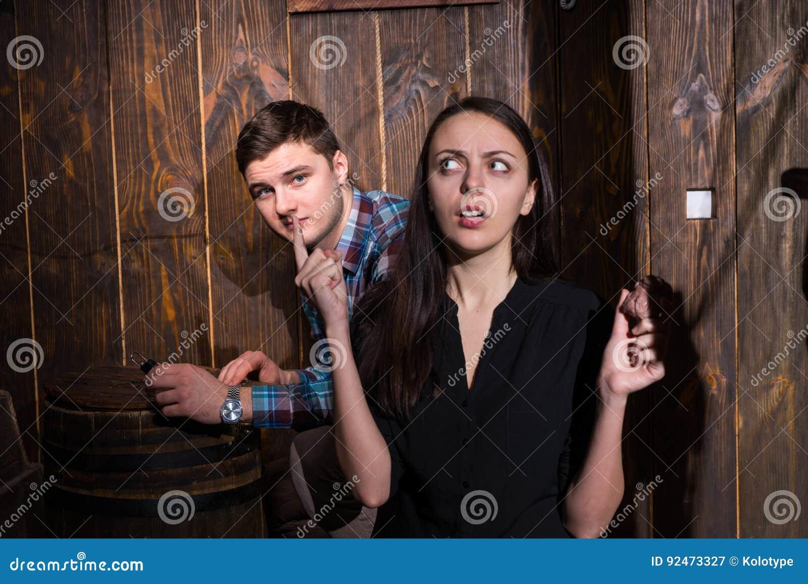 Jonge man en vrouw die een raadsel proberen op te lossen uit Th te krijgen