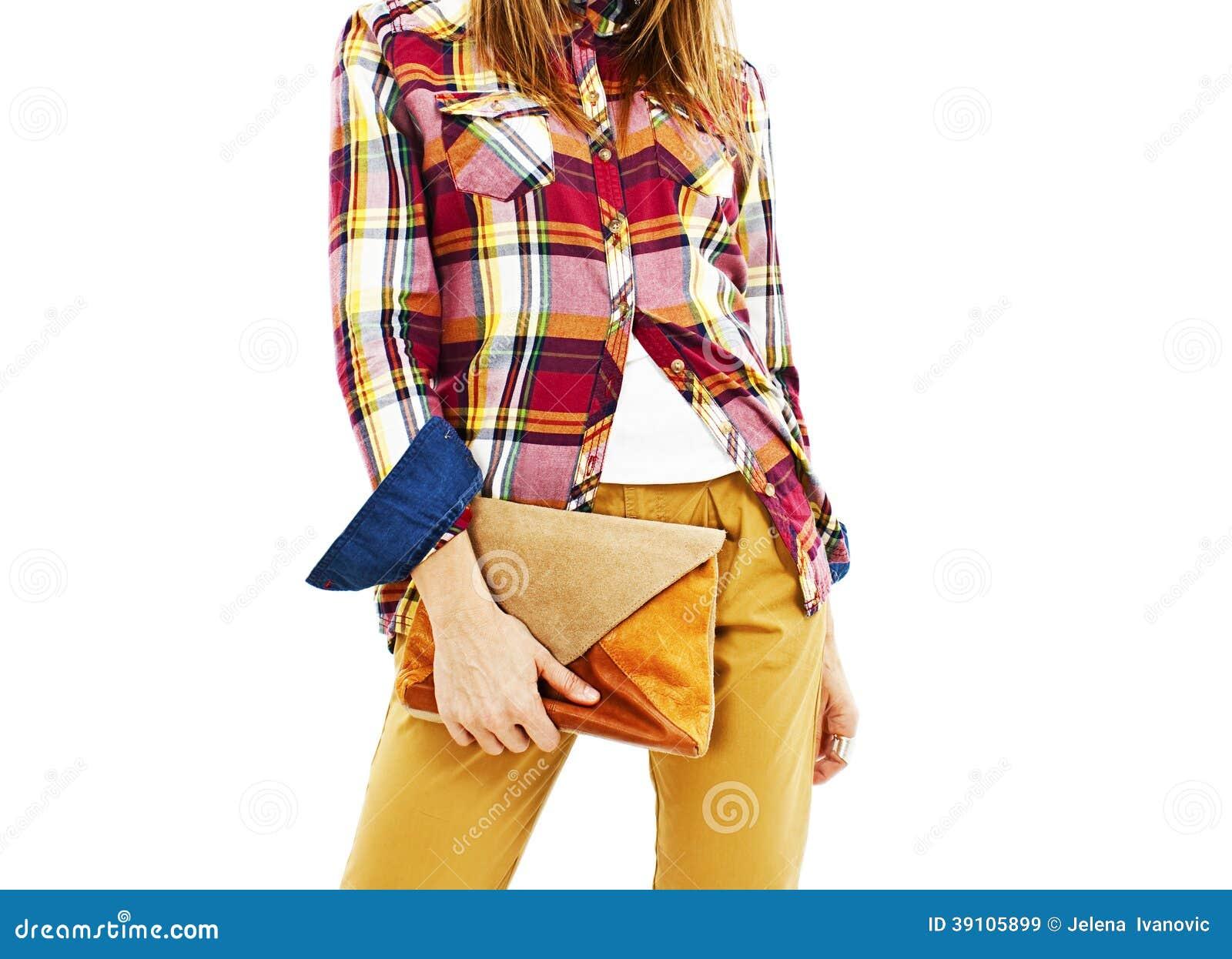 Jonge maniervrouw die handtassen houden.