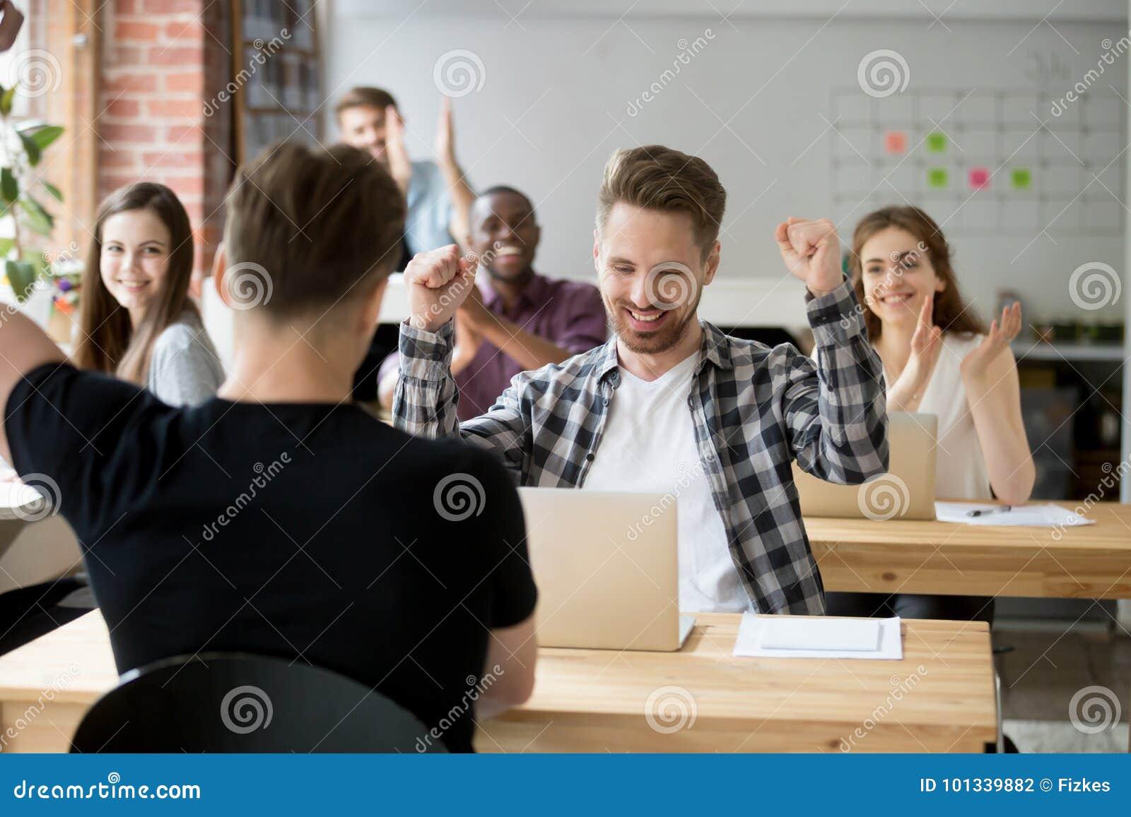 Jonge mannelijke beambte het vieren voltooiing op het werk