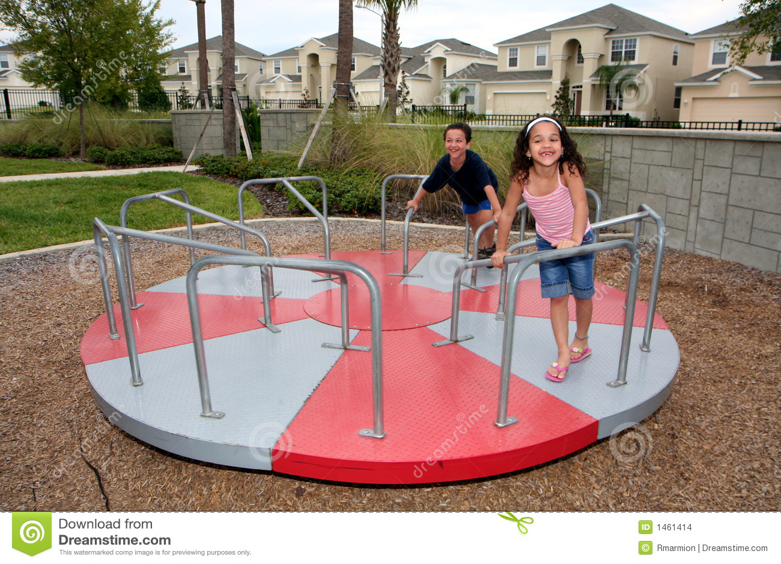 Jonge Meisje en jongen op Speelplaats