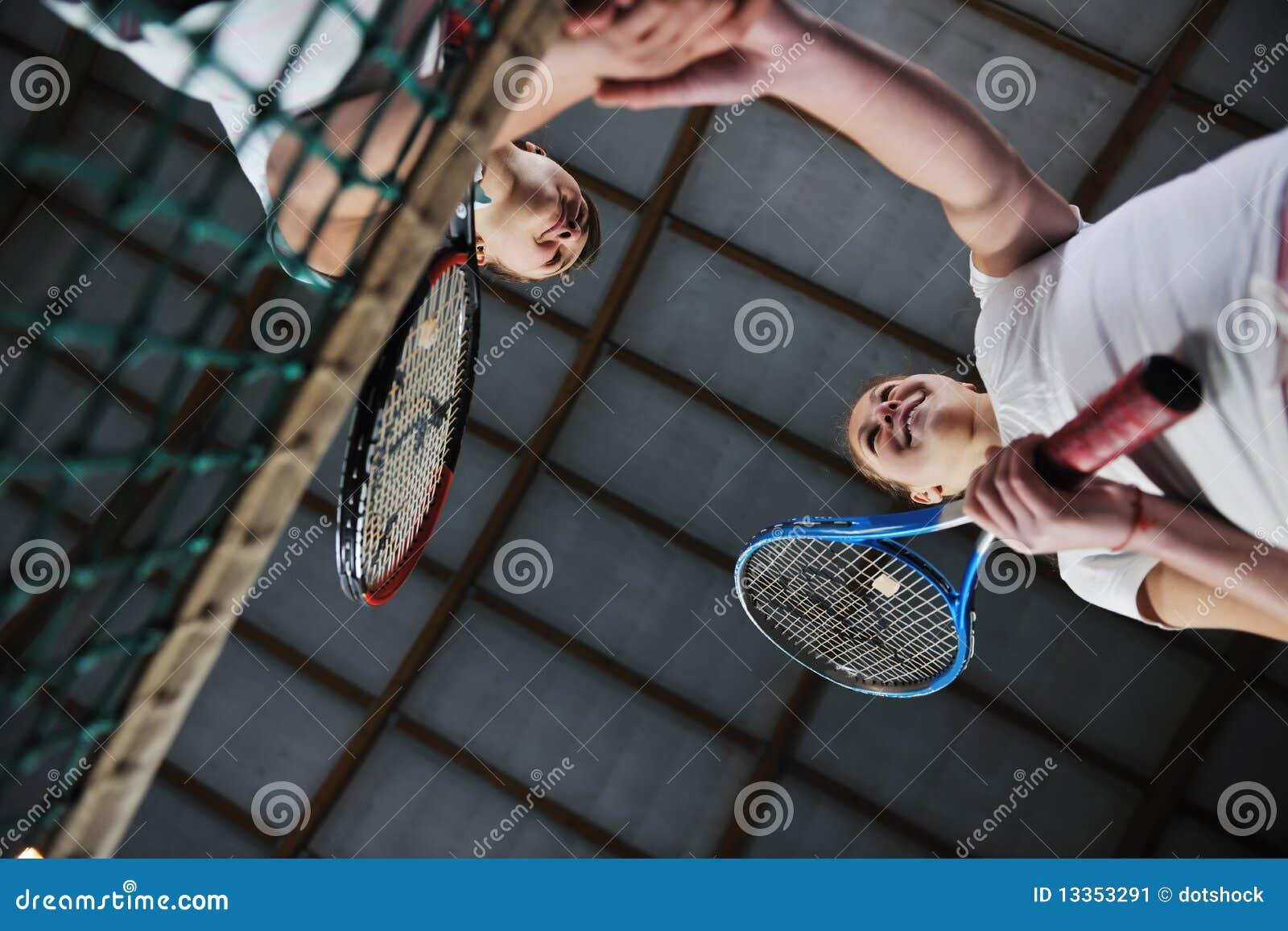 Jonge meisjes die tennisspel spelen binnen