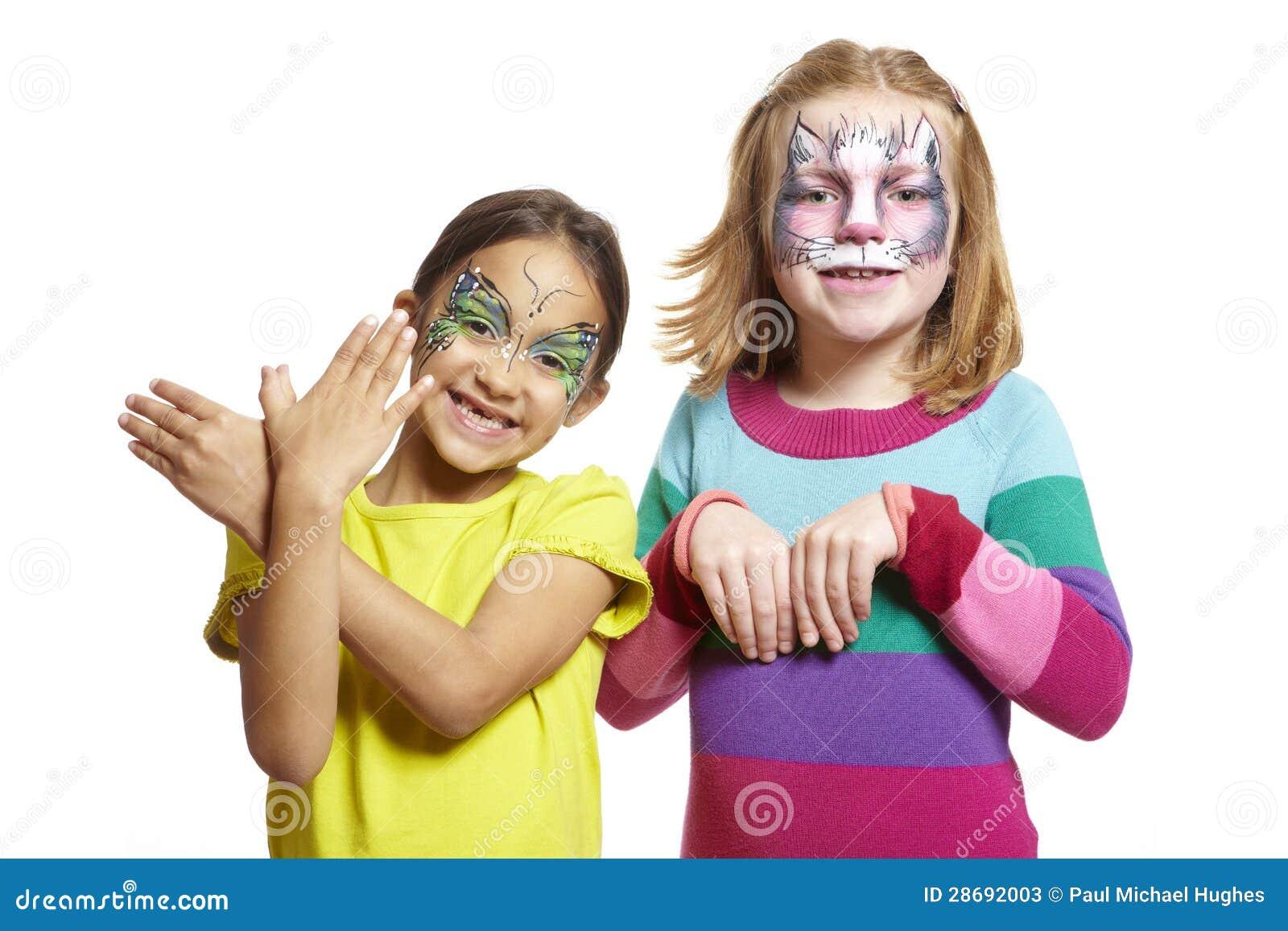 Jonge meisjes met gezicht het schilderen van kat en vlinder stock