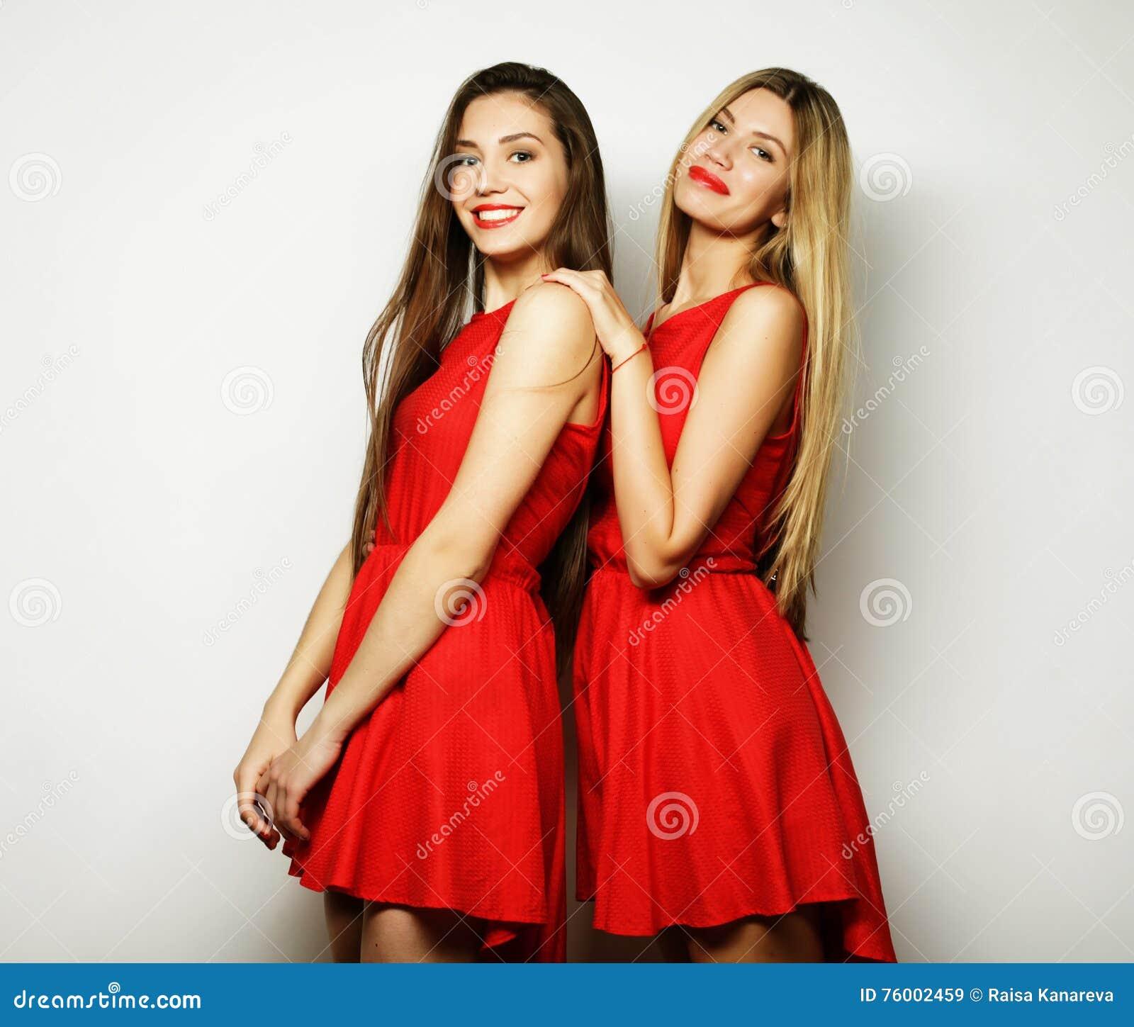 806431951d6b2f Jonge Meisjes In Rode Kleding Op Witte Achtergrond Stock Afbeelding ...