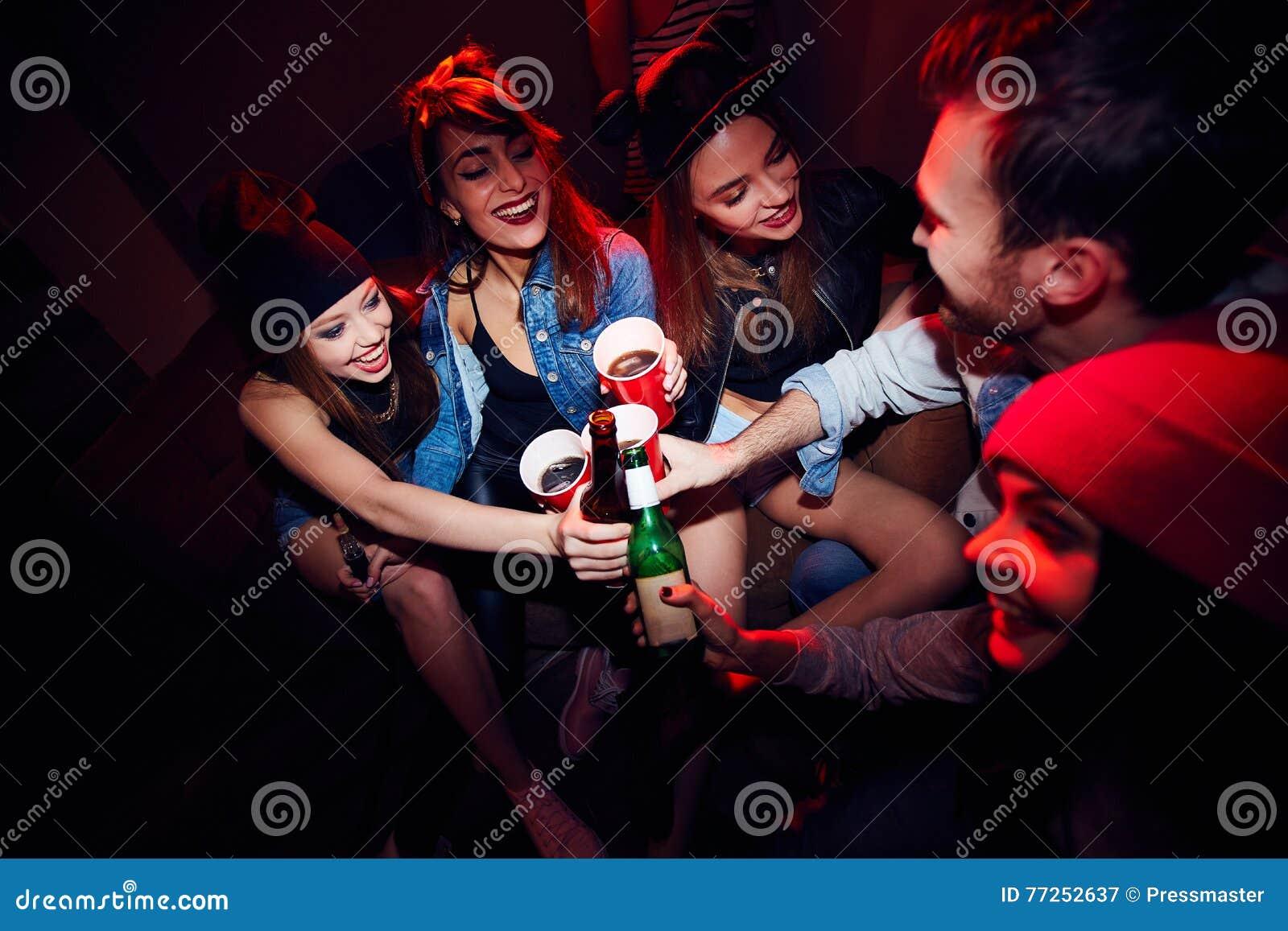 Jonge Meisjes worden die die bij Partij worden gedronken