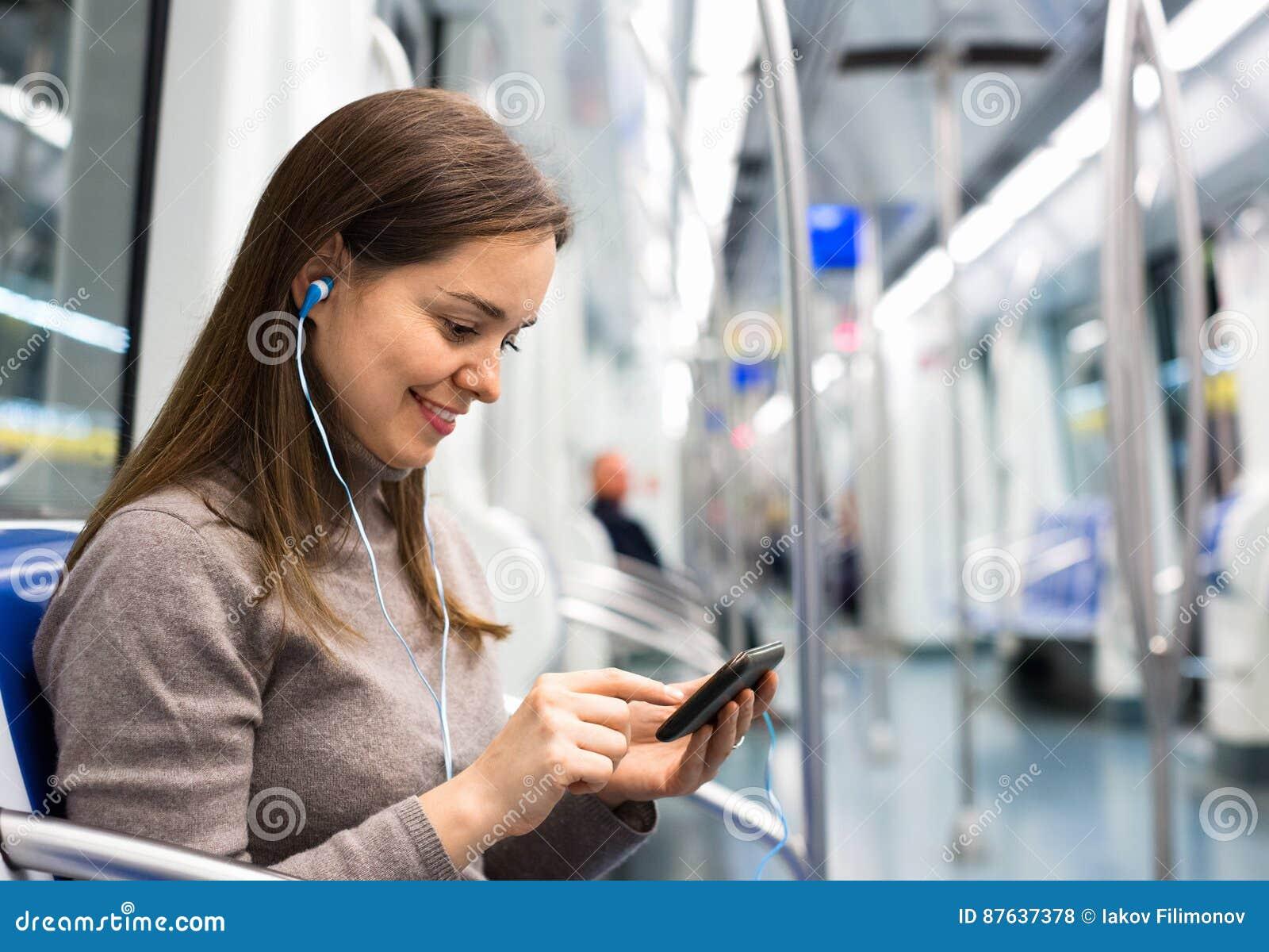 Jonge meisjeslezing van het mobiele telefoonscherm