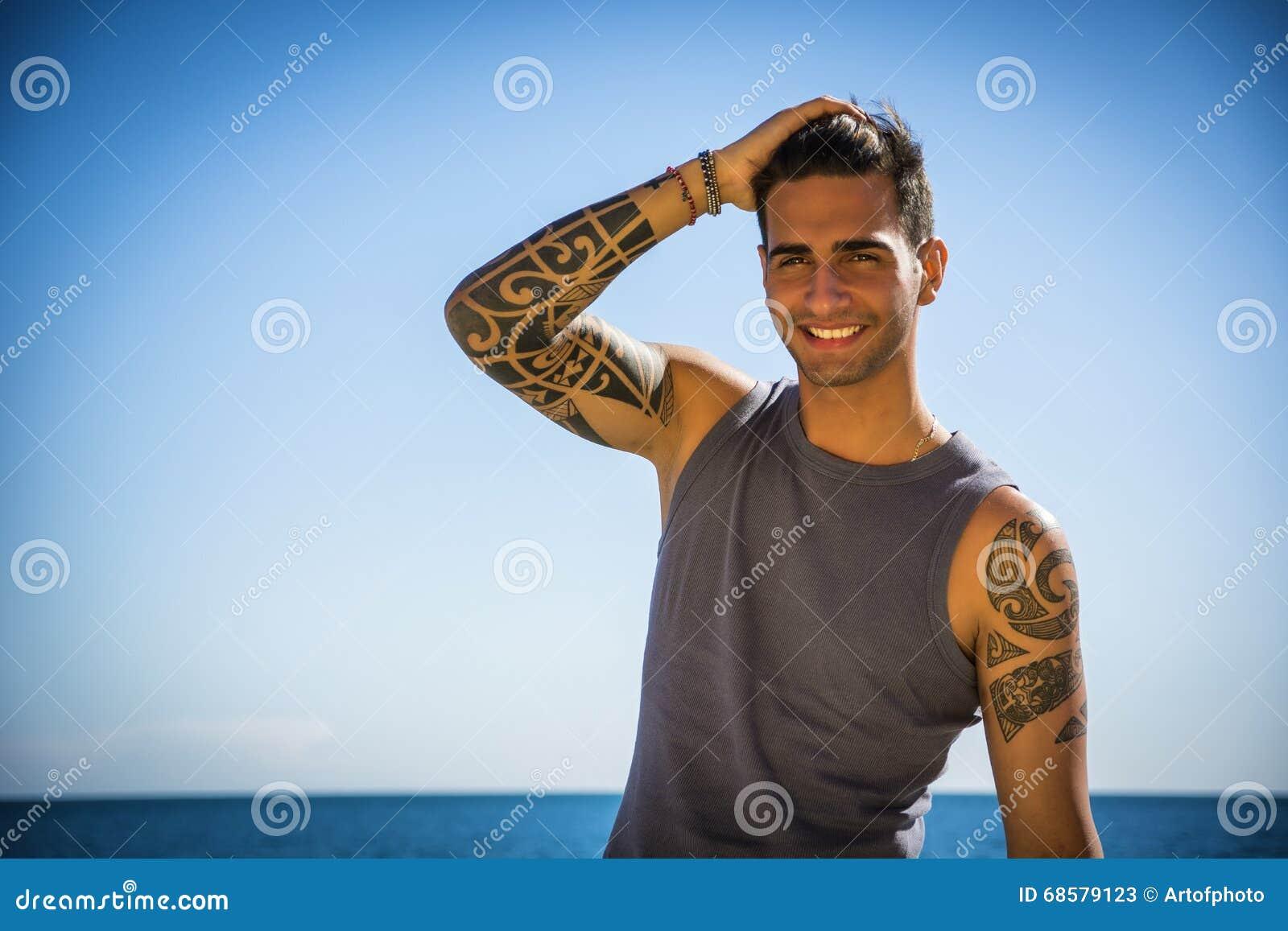 Jonge Mens bij Strand in Sunny Summer Day