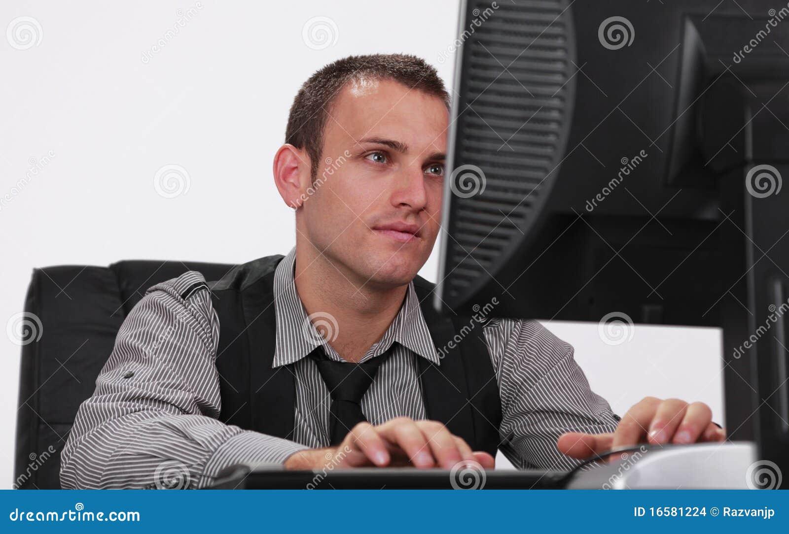Jonge mens die aan een computer werkt