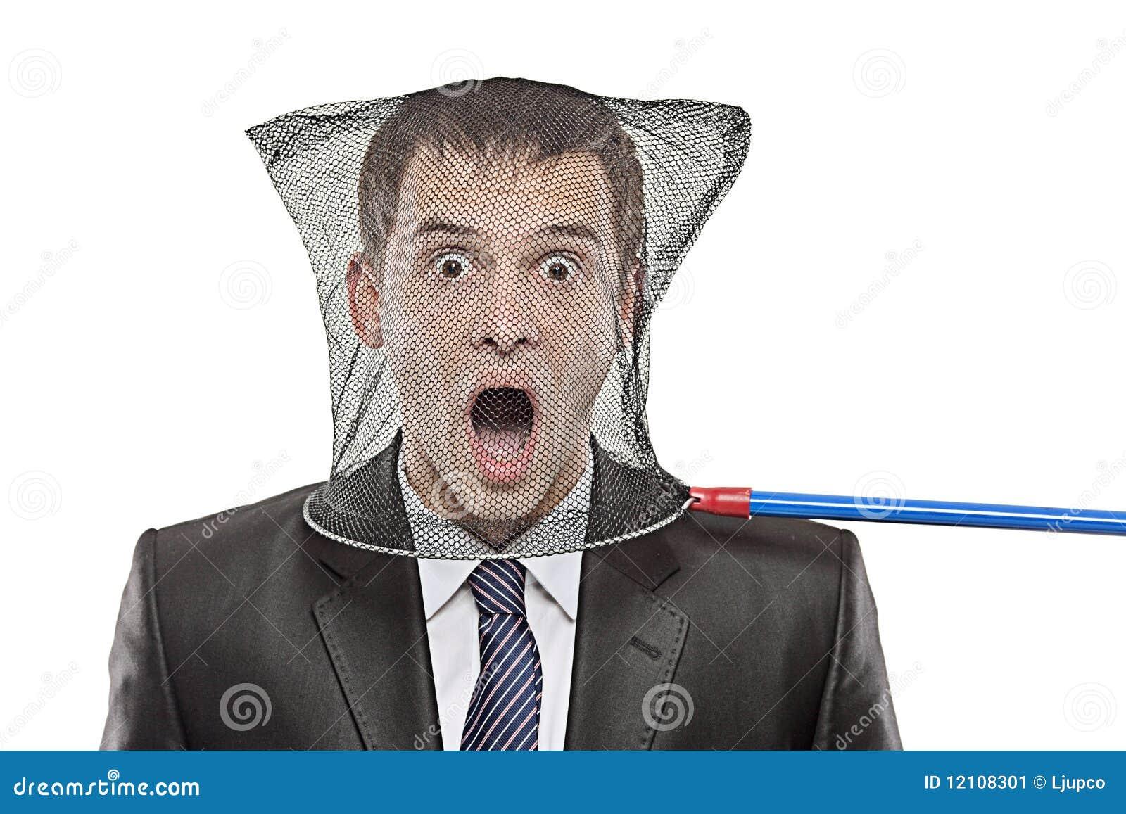Jonge mens die in een netto vlinder wordt opgesloten