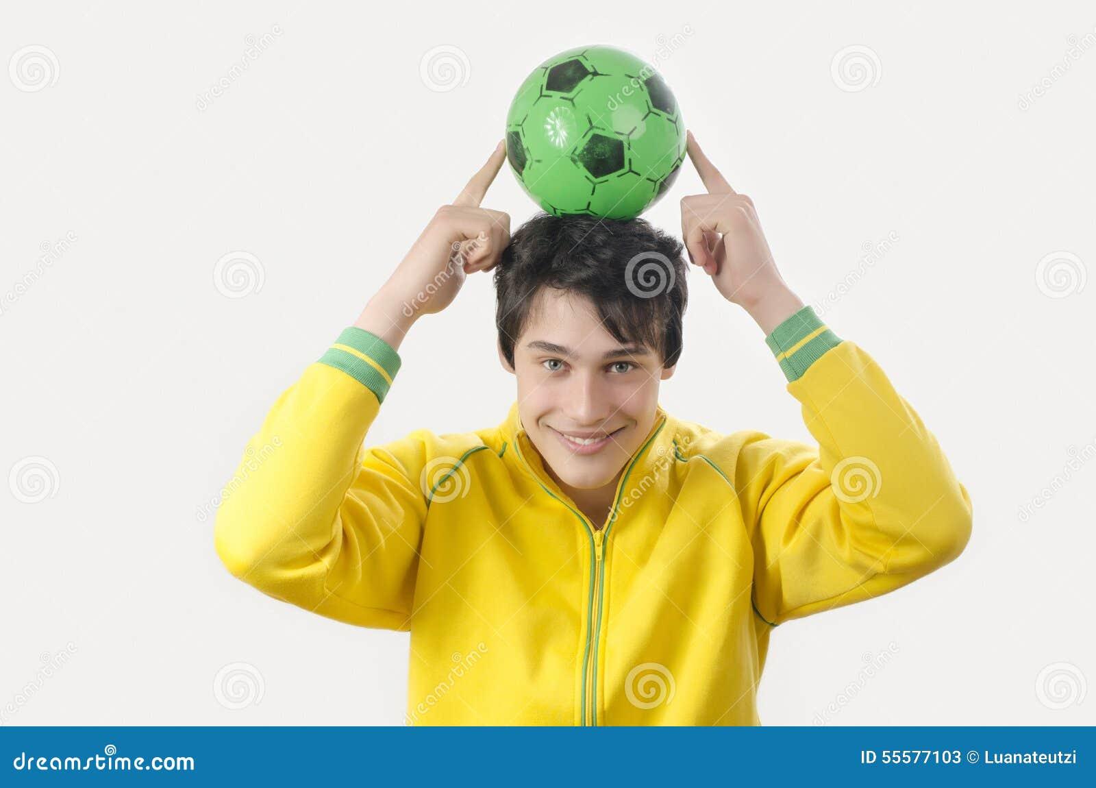 Jonge mens die een voetbalbal steunen