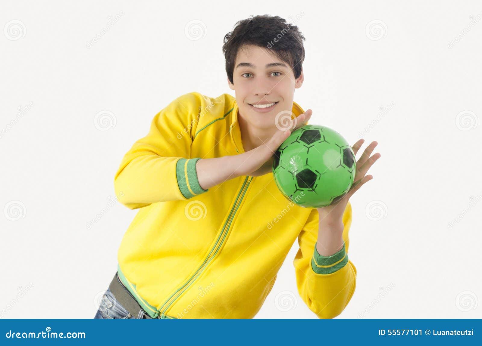 Jonge mens die een voetbalbal vangen