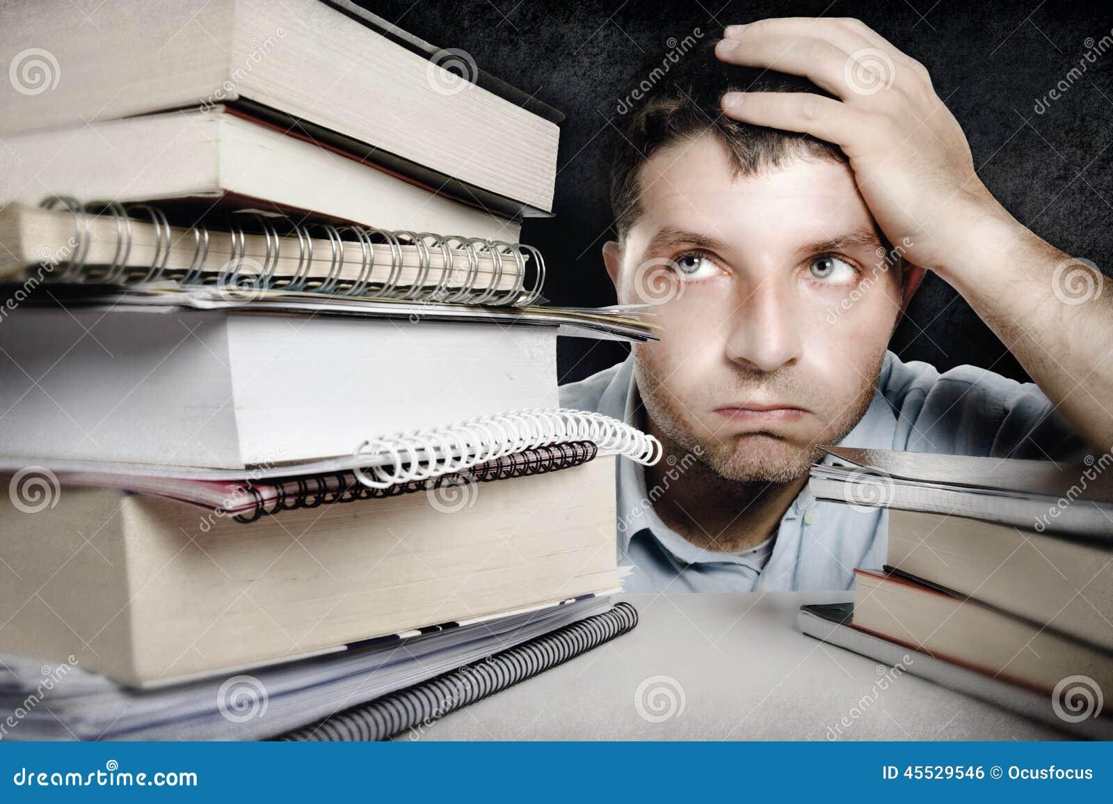 Jonge Mens die in het concept van de onderwijsspanning wordt overweldigd en wordt gefrustreerd