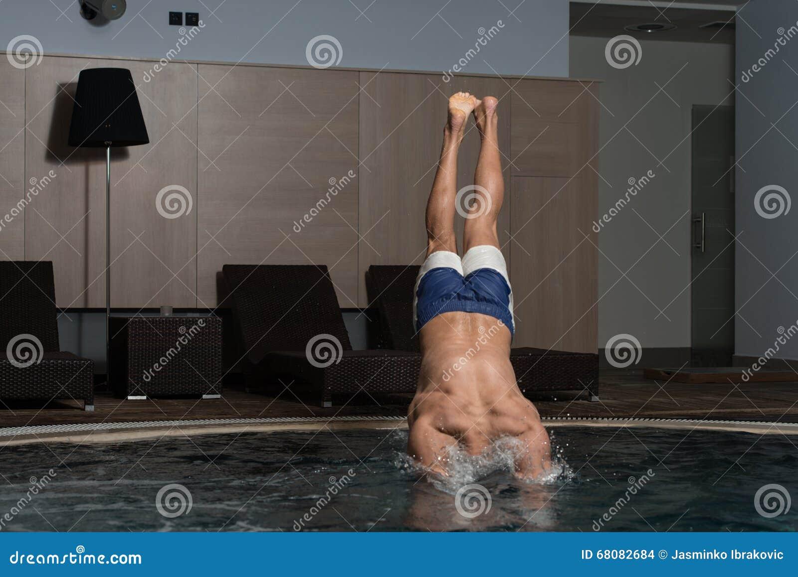 Jonge Mens die in het Water springen