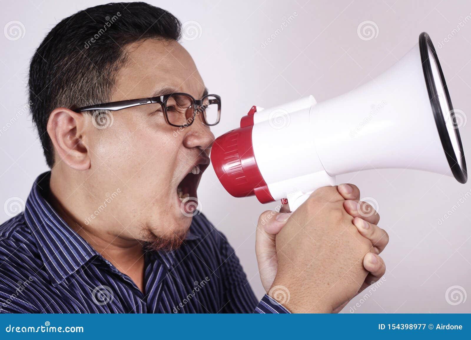 Jonge Mens die met Megafoon, Boze Uitdrukking schreeuwen