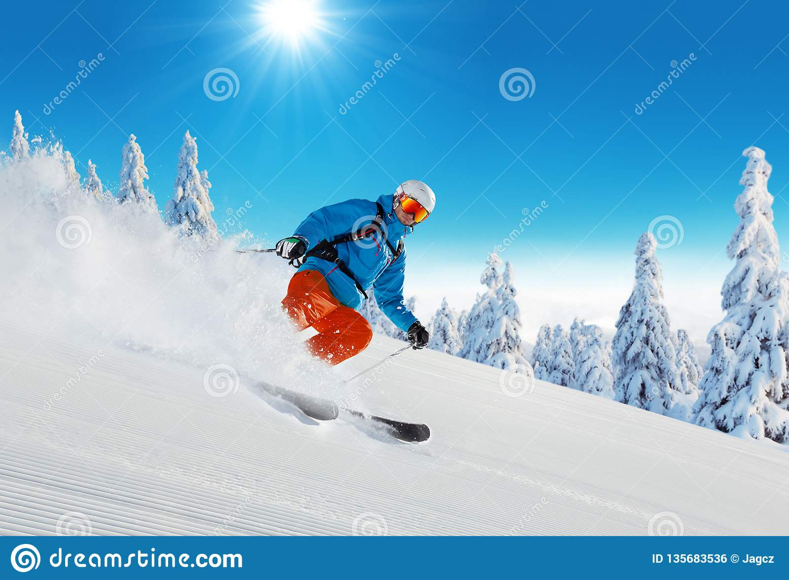 Jonge mens die op piste ski?en