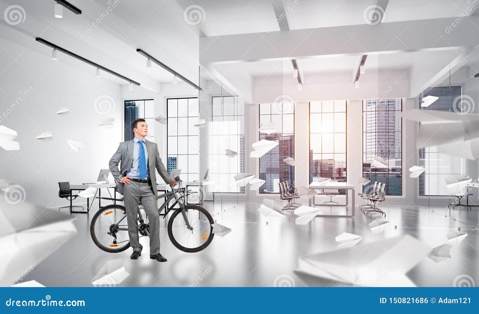 Jonge mens die pak met fiets dragen
