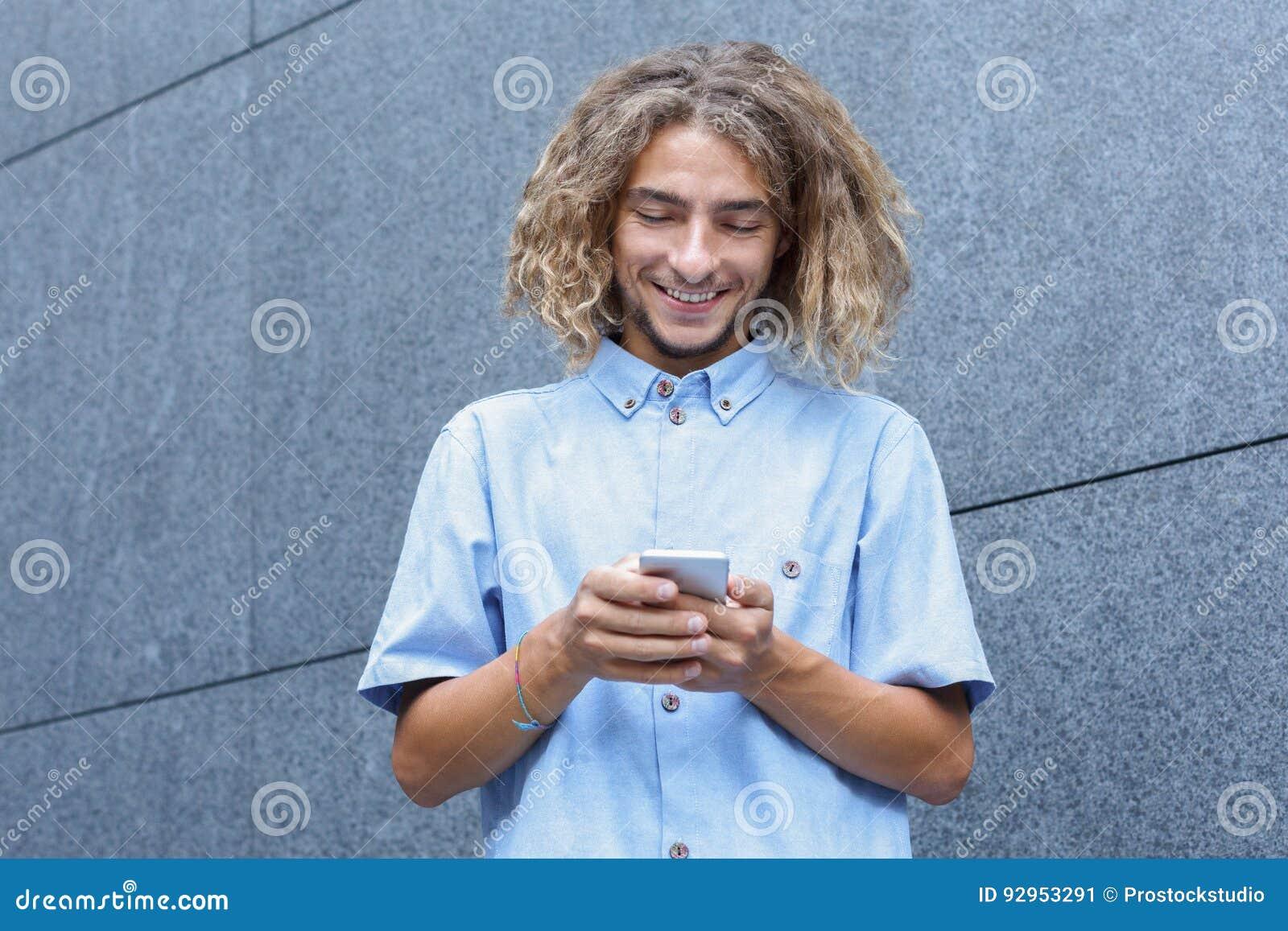 Jonge Mens die Smartphone gebruiken
