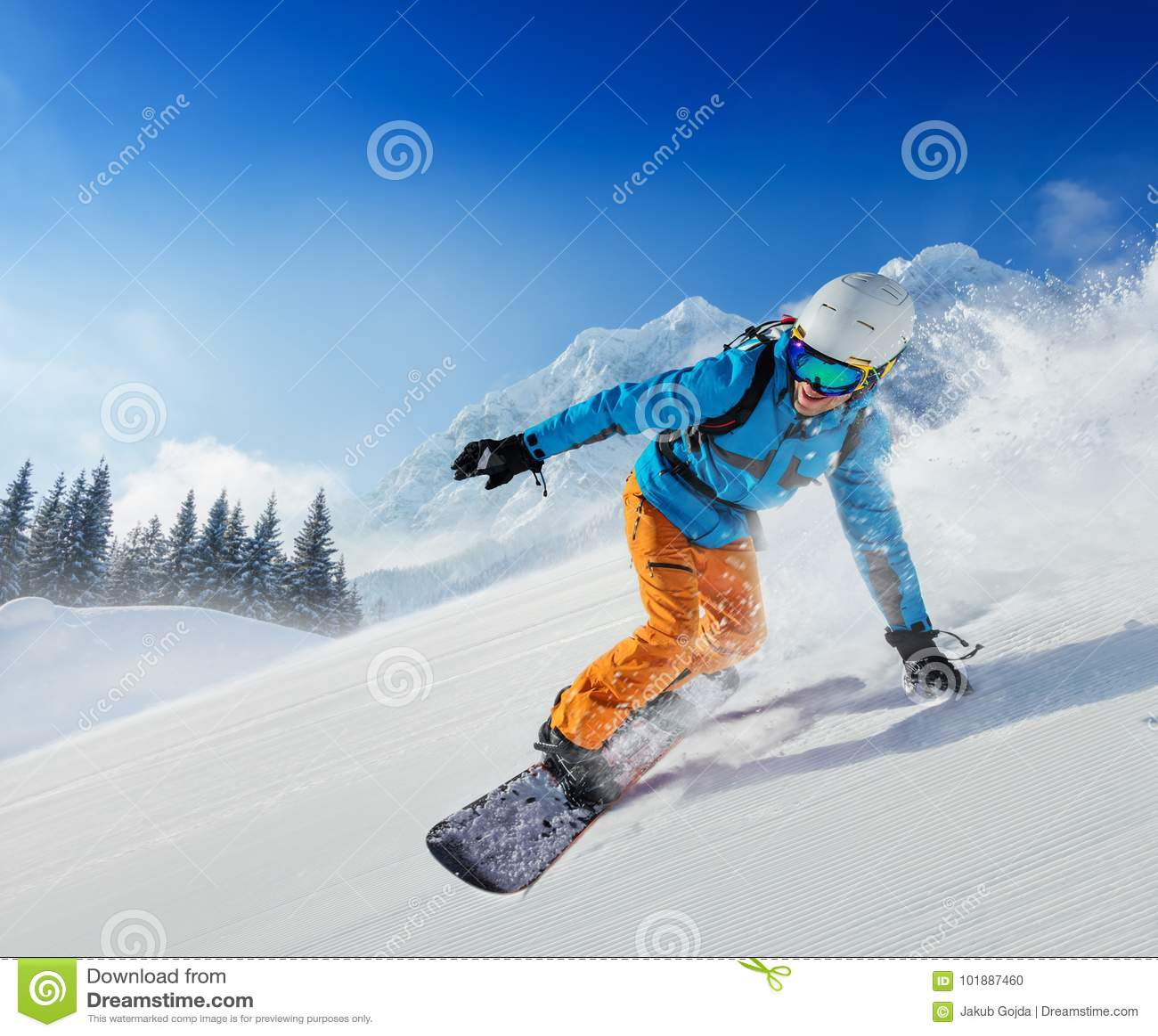 Jonge mens die snowboarder de helling in Alpiene bergen reduceren