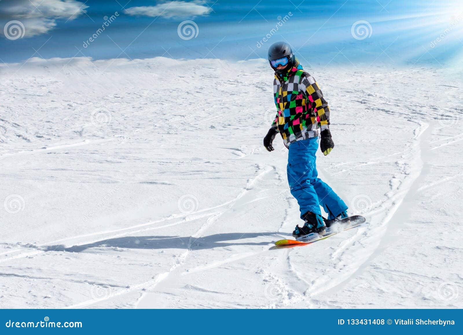 Jonge mens die snowboarder de helling in Alpiene bergen reduceren De wintersport en recreatie, vrije tijds openluchtactiviteiten