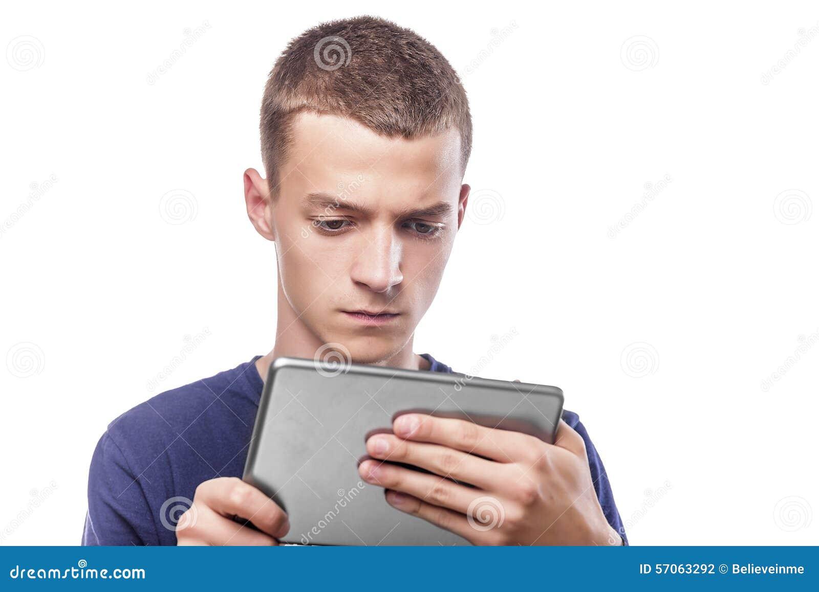 Jonge mens die tabletpc met behulp van