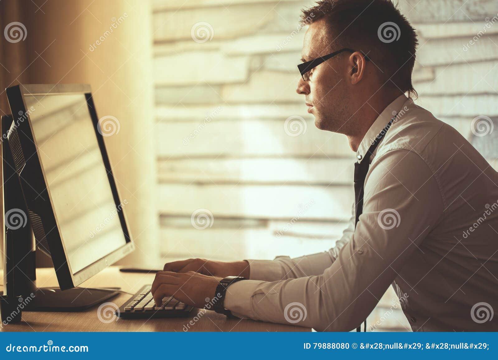 Jonge mens die van huis aan computer, manager bij zijn workplac werken