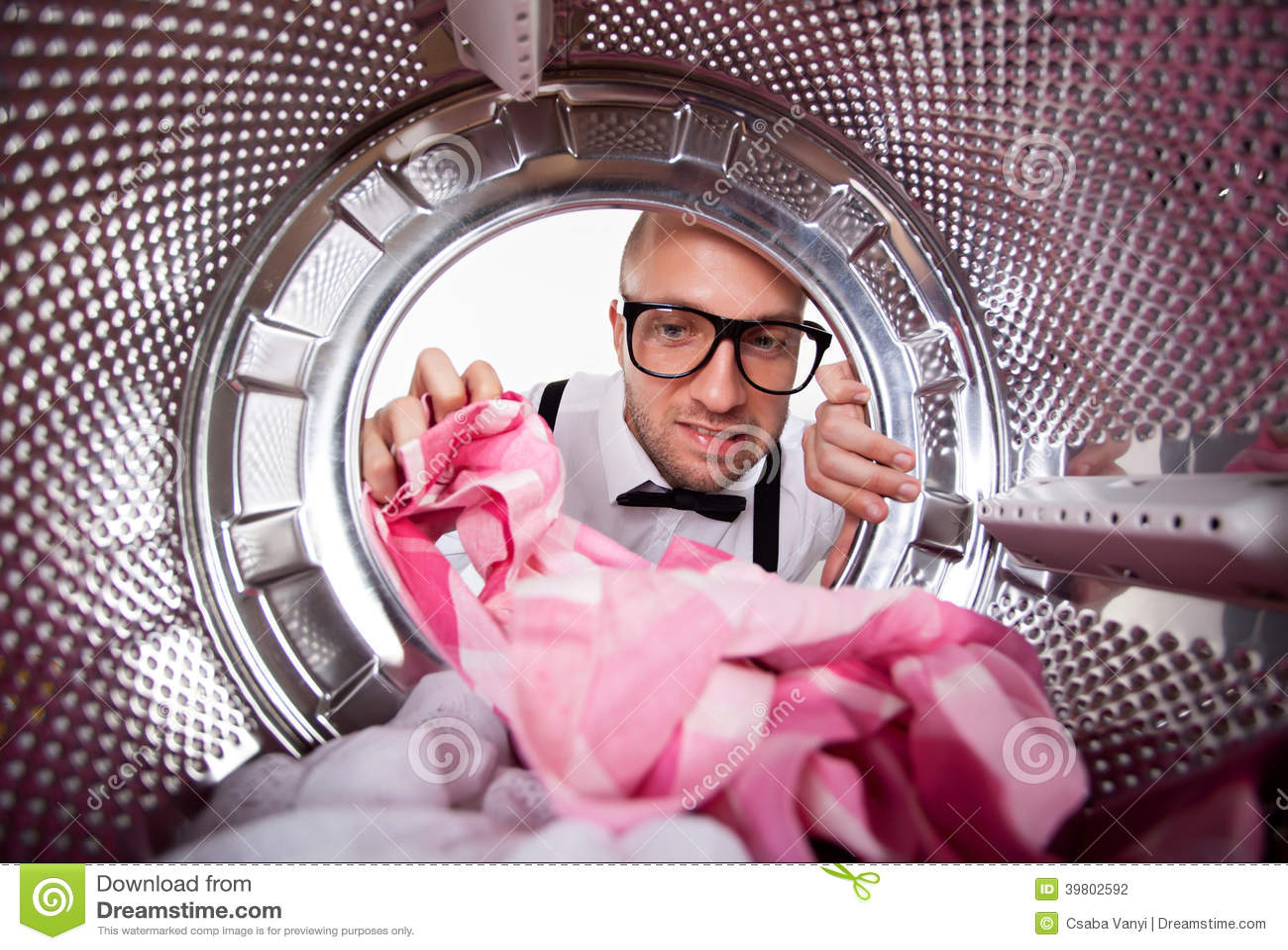 Jonge mens die wasserij doen