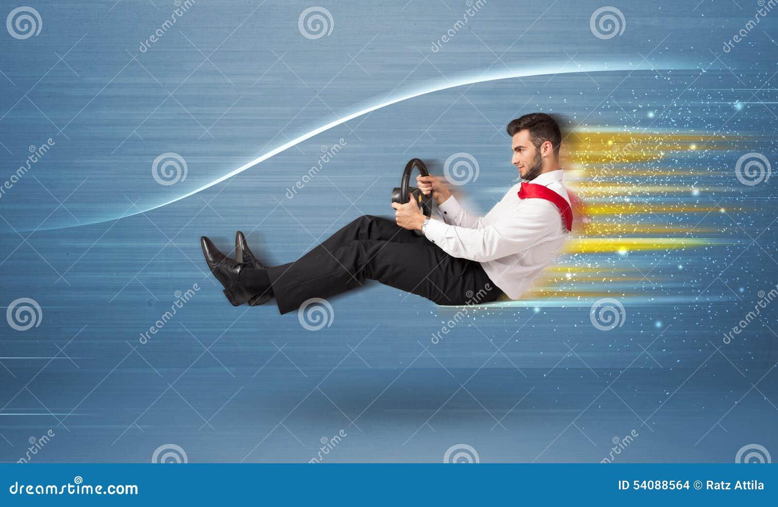 Jonge mens het drijven in denkbeeldige snelle auto met vage lijnen