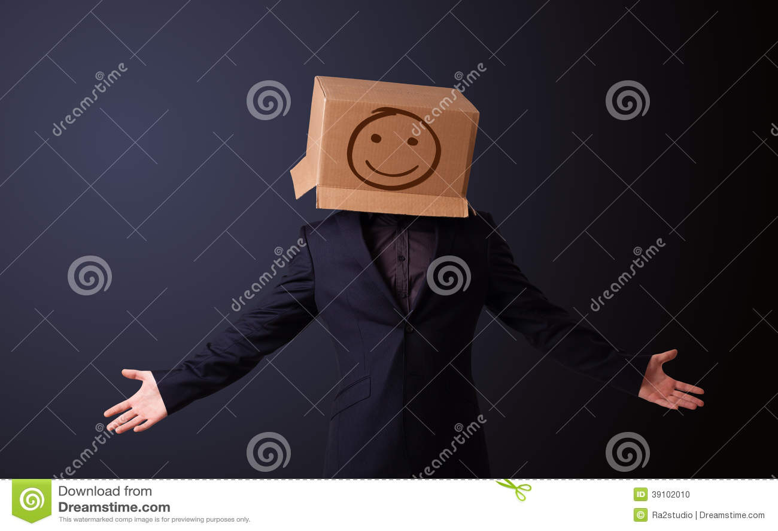 Jonge mens het gesturing met een kartondoos