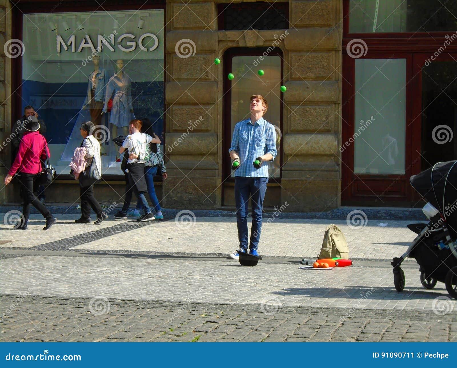 Jonge mens het jongleren met in de straat Praag,