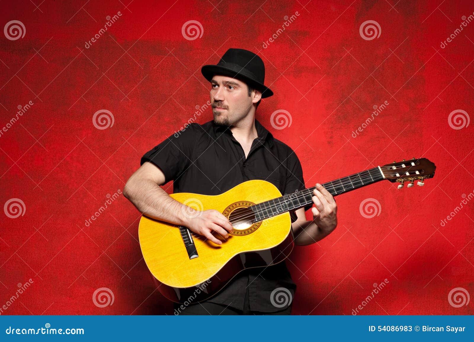Jonge mens het spelen gitaar