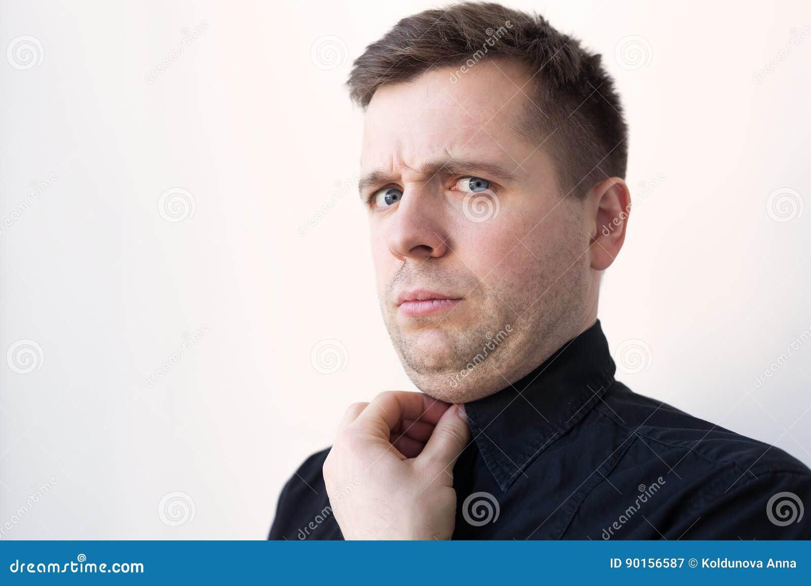 Jonge mens met een onderkin in zwarte t-shirt