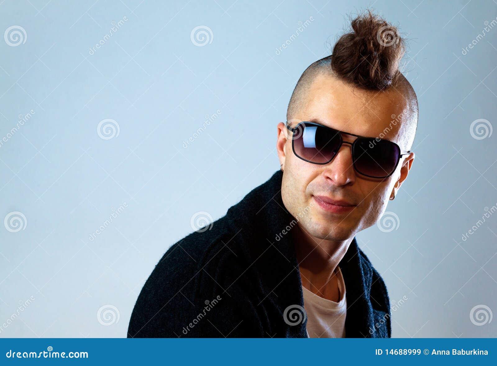 Jonge mens met moderne haarstijl