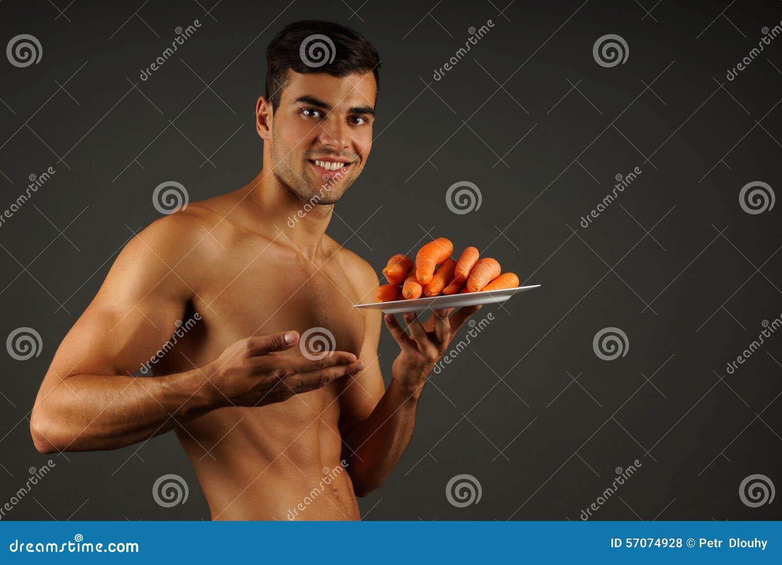 Jonge mens met wortelen