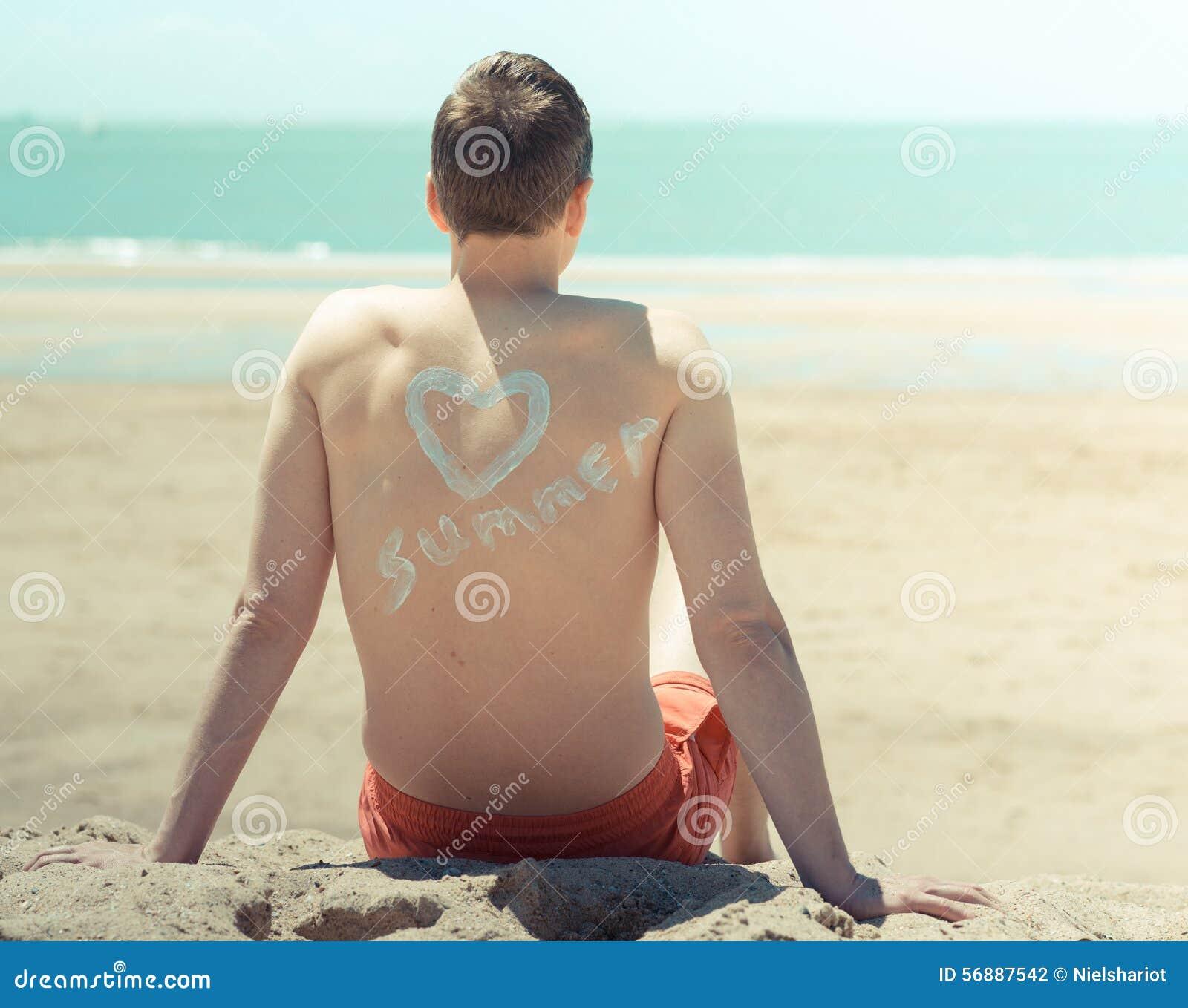 Jonge mens op het strand
